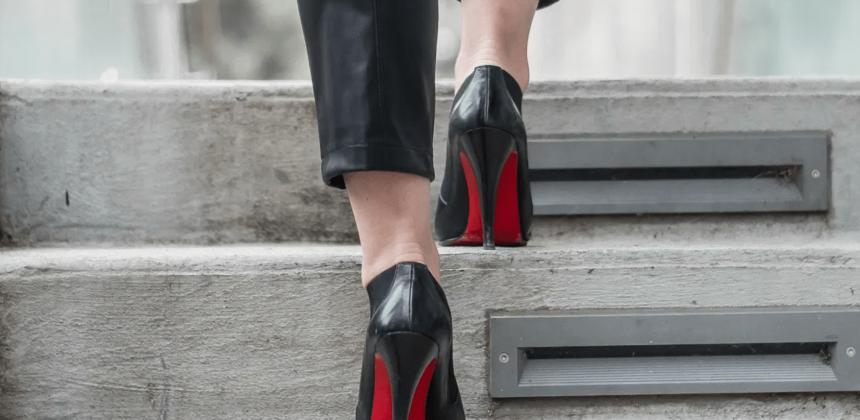 ¿Conoces el origen de la suela roja de los zapatos?